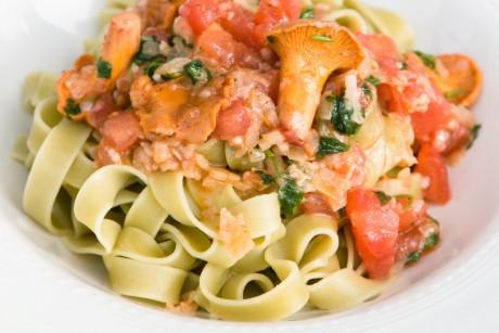 Tagliatelle mit Pfifferlingen und Tomaten