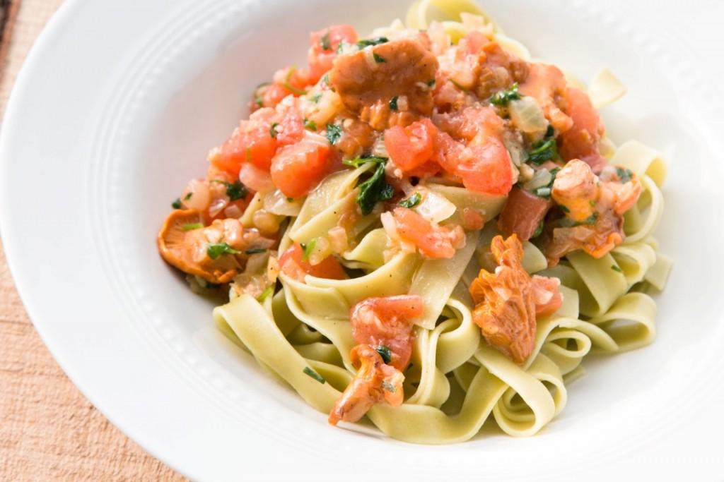 Nudeln-Tagliatelle-mit-Pfifferlingen-und-Tomaten-Sauce-13