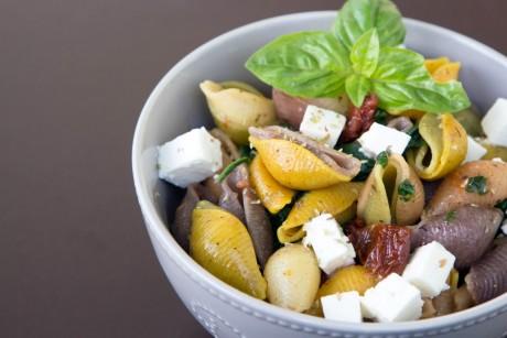 Pasta mit Spinat, Feta und getrockneten Tomaten