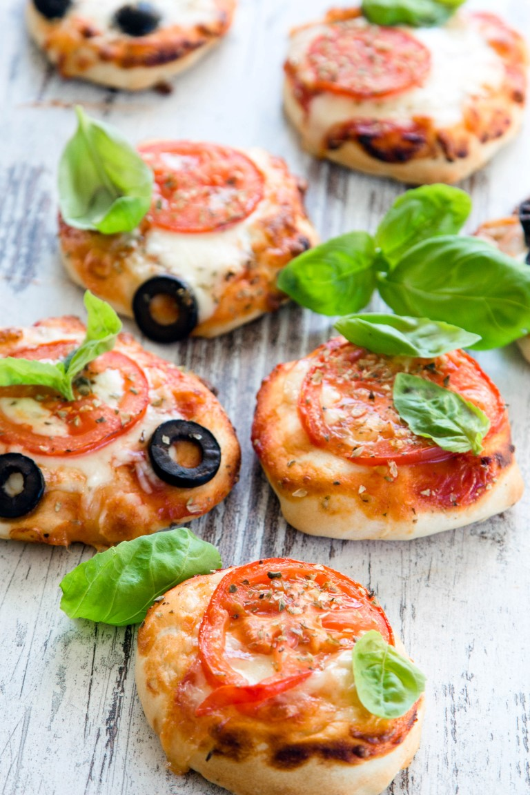 Rezept-Mini-Pizza-mit-Mozarella-Tomatensauce-BAsilikum-Oliven-Käse-7