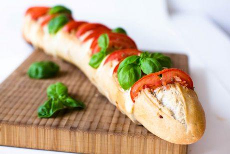 Fächerbaguette mit Tomaten und Mozzarella