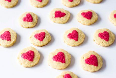Kekse mit rotem Herz