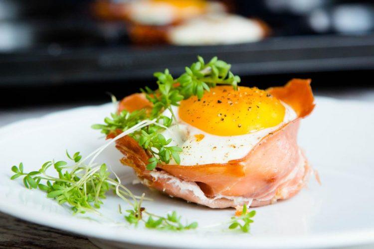 Eier-Muffins-mit-Schinken-getrockneten-Tomaten-Gartenkresse-Rezept-05