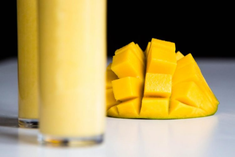 Mango-Cocktail-mit-Limettensaft-und-Kokosmilch-Rezept-03