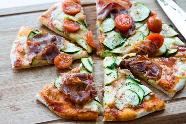 Pizza-mit-Schinken-Zucchini-Tomaten-Rezept-8