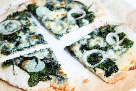 Pizza mit Spinat und Gorgonzola