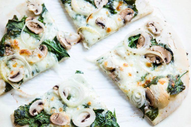 Pizza-mit-Spinat-und-Champignons-Zwiebeln-Rezept-12