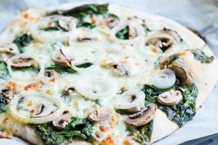 Pizza-mit-Spinat-und-Champignons-Zwiebeln-Rezept-6
