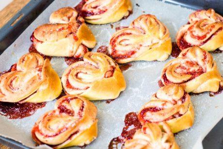 Hefegebäck in Herzform mit Erdbeer-Marmeladen-Füllung