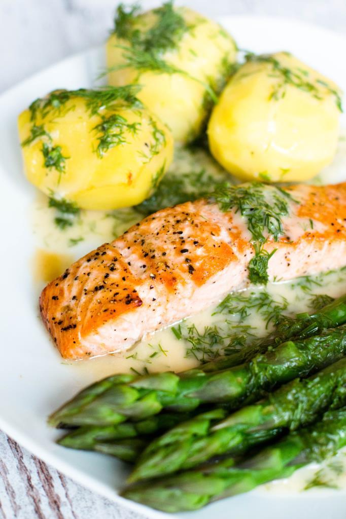 Lachsfilet-mit-Dillsauce-Kartoffeln-und-grünen-Spargel-Rezept-02