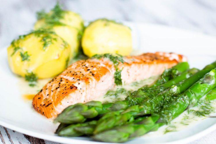 Lachsfilet-mit-Dillsauce-Kartoffeln-und-grünen-Spargel-Rezept-03