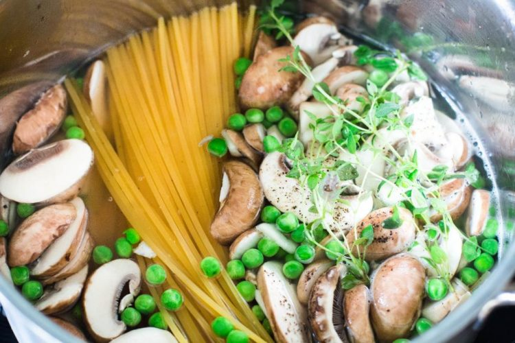 One-Pot-Pasta-mit-Zucchini-und-Champignons-Rezept-12