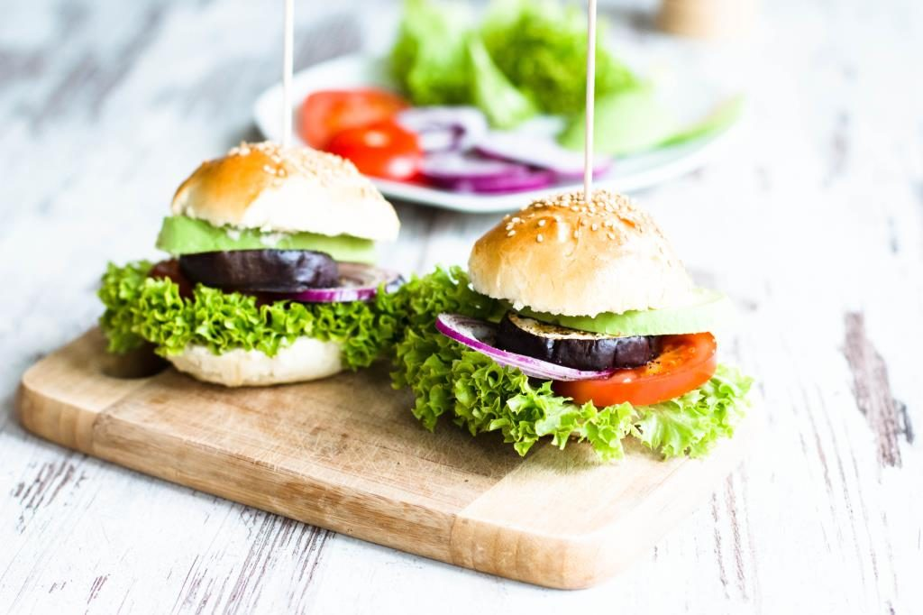 Veggieburger-Hamburger-vegetarisch-mit-Avocado-Tomaten-Rezept-01