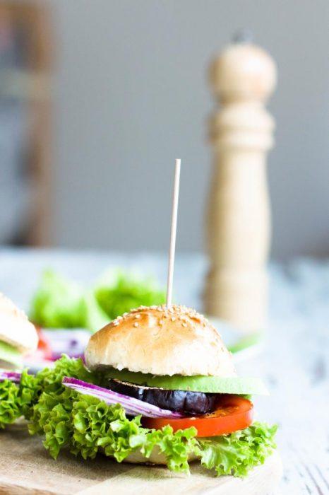 Veggieburger-Hamburger-vegetarisch-mit-Avocado-Tomaten-Rezept-04