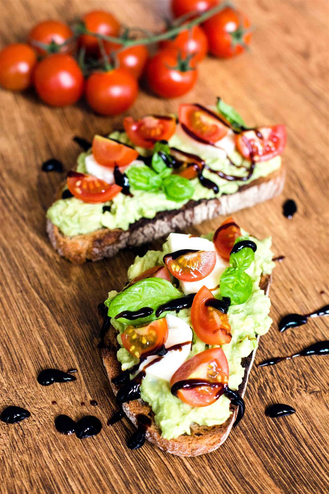 Caprese-Avocado-Brot-(getoastet)-Rezept-04