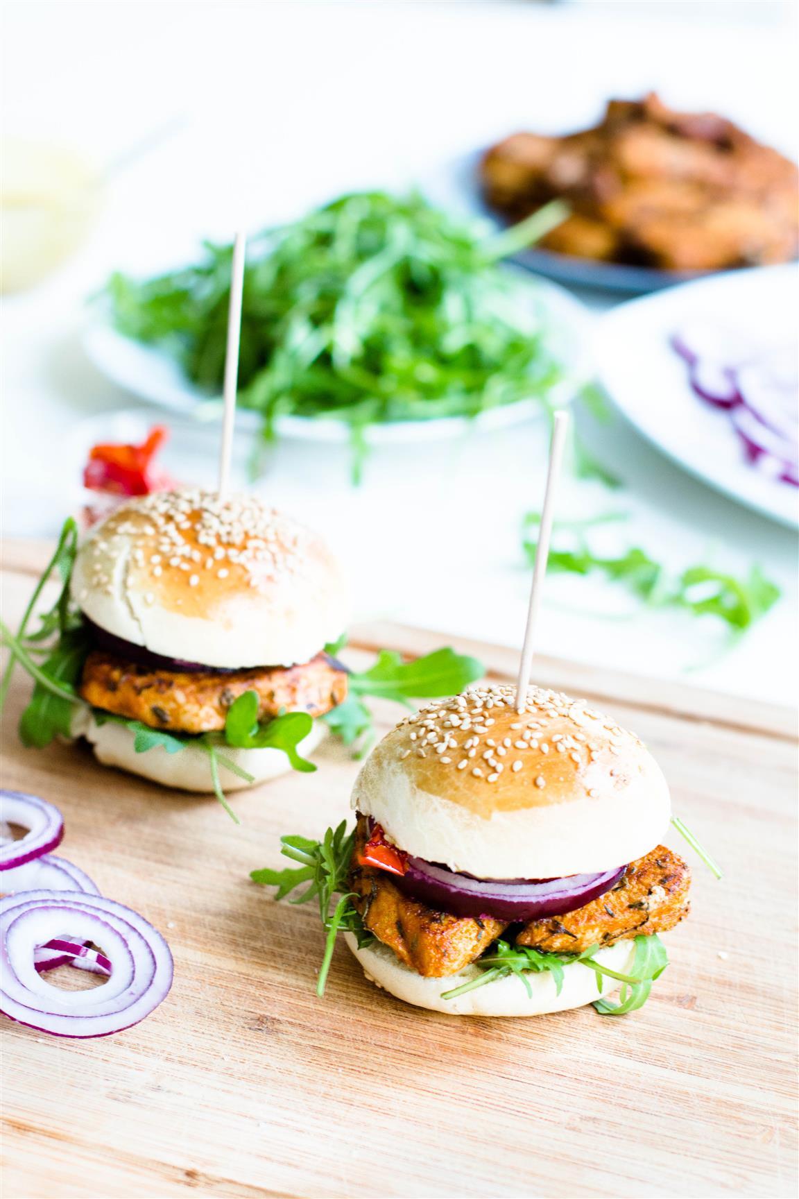 selbstgemachte-hamburger-mit-rucola-getrockneten-tomaten-roten-zwiebeln-huehnchen-senf-honig-sauce-rezept-13