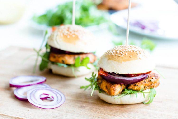 selbstgemachte-hamburger-mit-rucola-getrockneten-tomaten-roten-zwiebeln-huehnchen-senf-honig-sauce-rezept-16