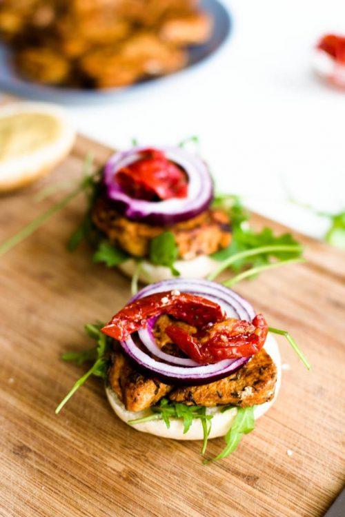 selbstgemachte-hamburger-mit-rucola-getrockneten-tomaten-roten-zwiebeln-huehnchen-senf-honig-sauce-rezept-4